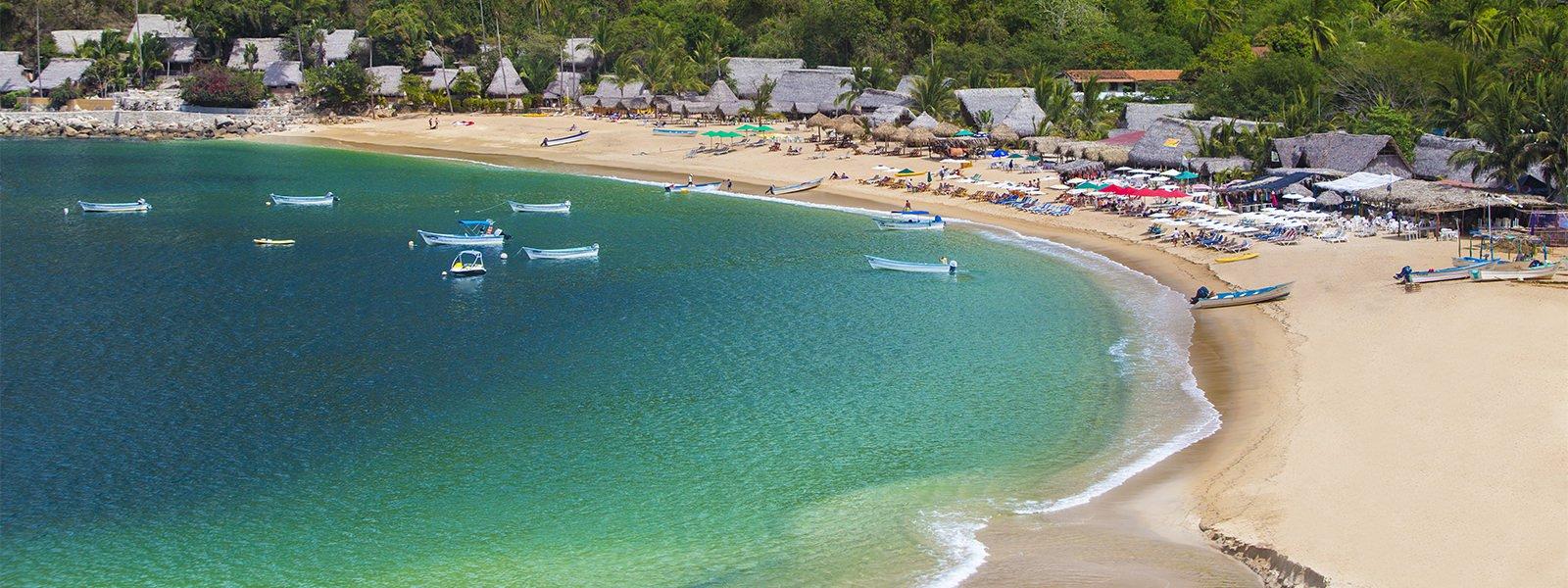 Botes flotando cerca de playa Yelapa en Puerto Vallarta